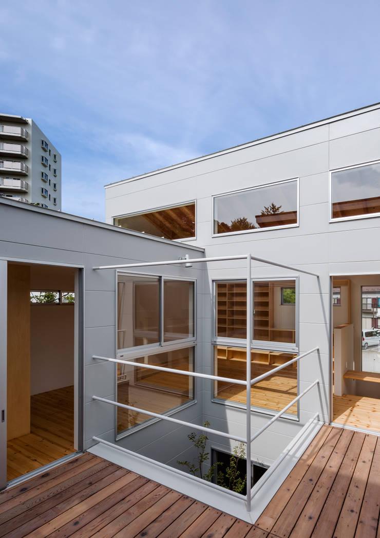 三浦の家: 萩原健治建築研究所が手掛けたテラス・ベランダです。
