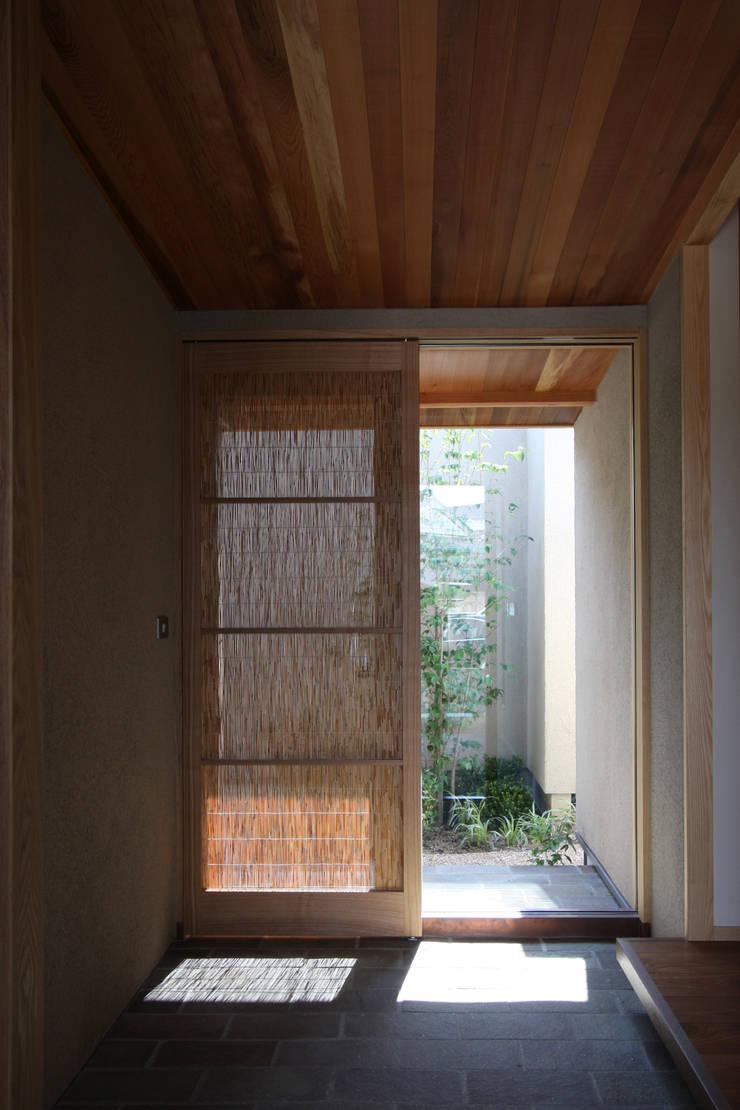 C邸ー大きな屋根の家: C-design吉内建築アトリエが手掛けた壁です。,