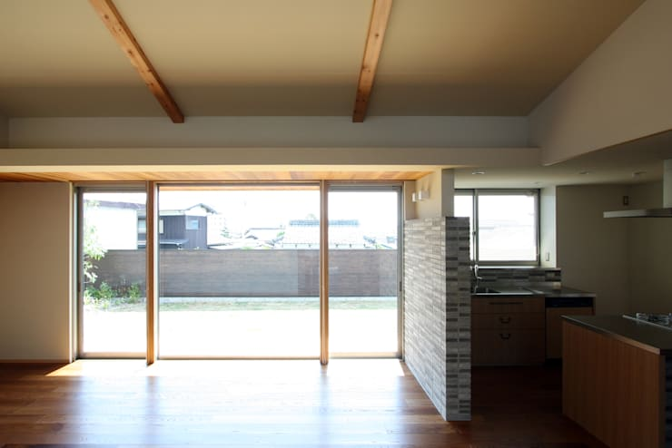 C邸ー大きな屋根の家: C-design吉内建築アトリエが手掛けた窓です。,