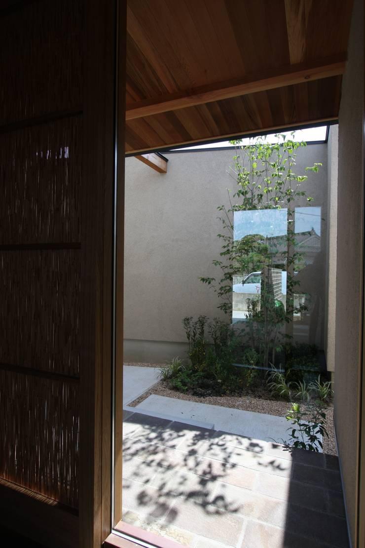 C邸ー大きな屋根の家: C-design吉内建築アトリエが手掛けた窓です。
