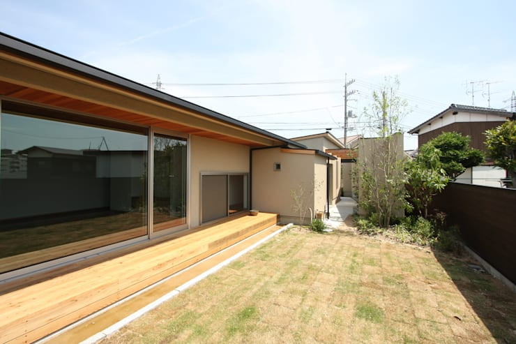C邸ー大きな屋根の家: C-design吉内建築アトリエが手掛けた庭です。,