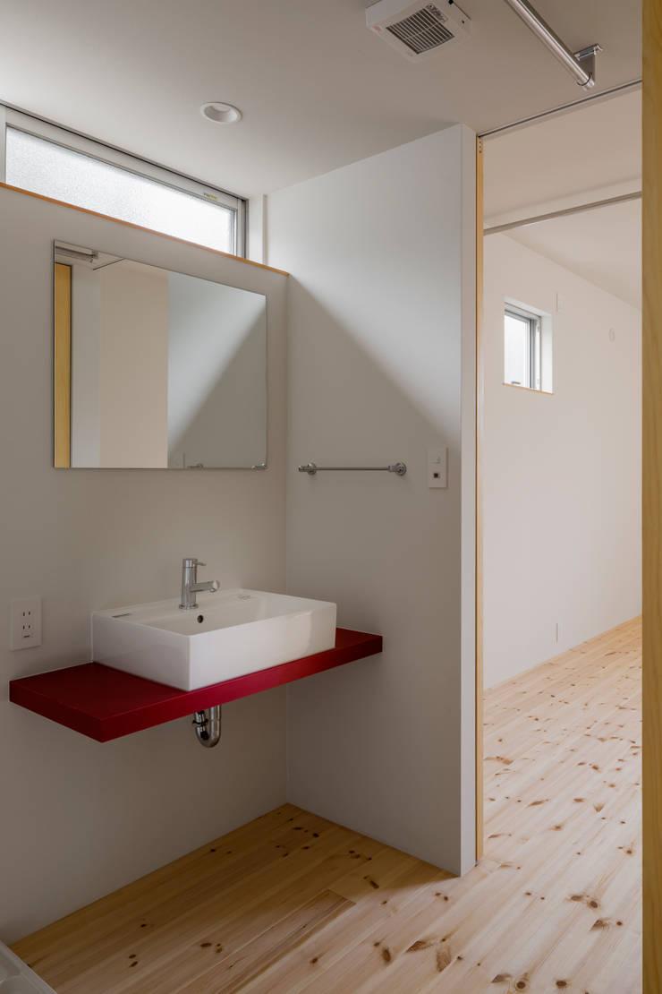 三浦の家: 萩原健治建築研究所が手掛けた浴室です。