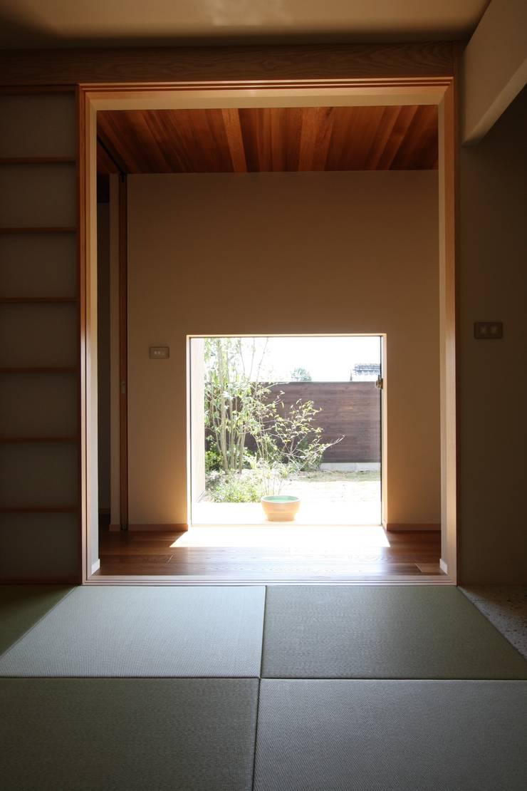 C邸ー大きな屋根の家: C-design吉内建築アトリエが手掛けた庭です。