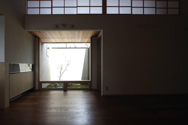C邸ー大きな屋根の家: C-design吉内建築アトリエが手掛けたリビングです。,
