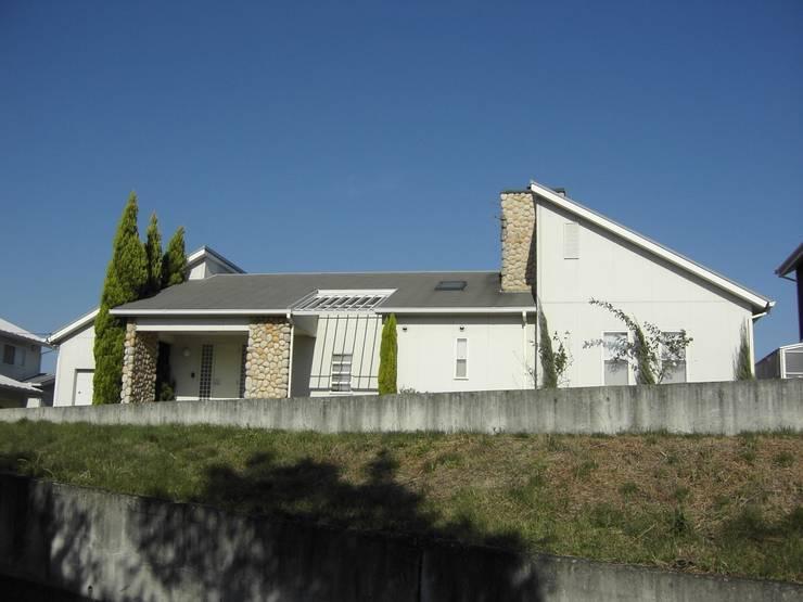 LAのマリブ辺りで見かけるような平屋の別荘です。: ヒロ・デザイン・ラボが手掛けた家です。