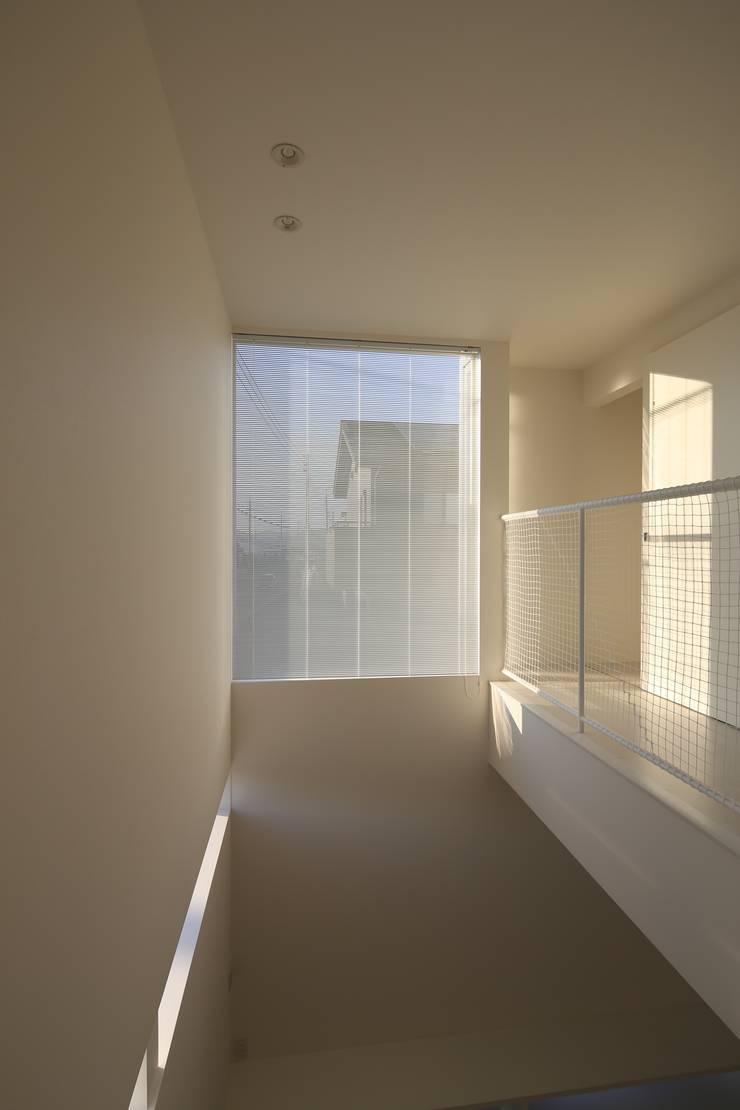 K邸ー白い箱の美容室: C-design吉内建築アトリエが手掛けた廊下 & 玄関です。,モダン
