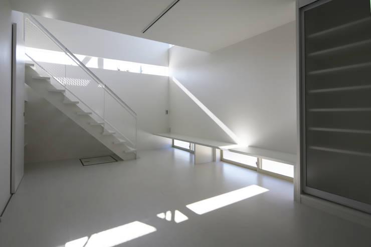 K邸ー白い箱の美容室: C-design吉内建築アトリエが手掛けたリビングです。