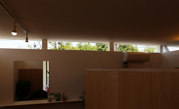 K邸ー白い箱の美容室: C-design吉内建築アトリエが手掛けた窓です。