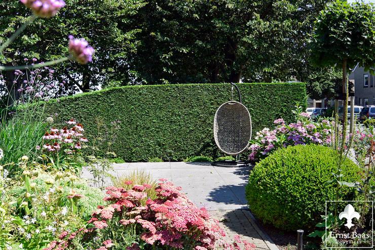 Middelgrote tuin in Alphen a/d Rijn: modern  door  Ernst Baas Hoveniers B.V. / Ernst Baas Tuininrichting B.V., Modern