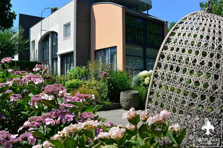 Middelgrote tuin in Alphen a/d Rijn:  Tuin door  Ernst Baas Hoveniers B.V. / Ernst Baas Tuininrichting B.V., Modern