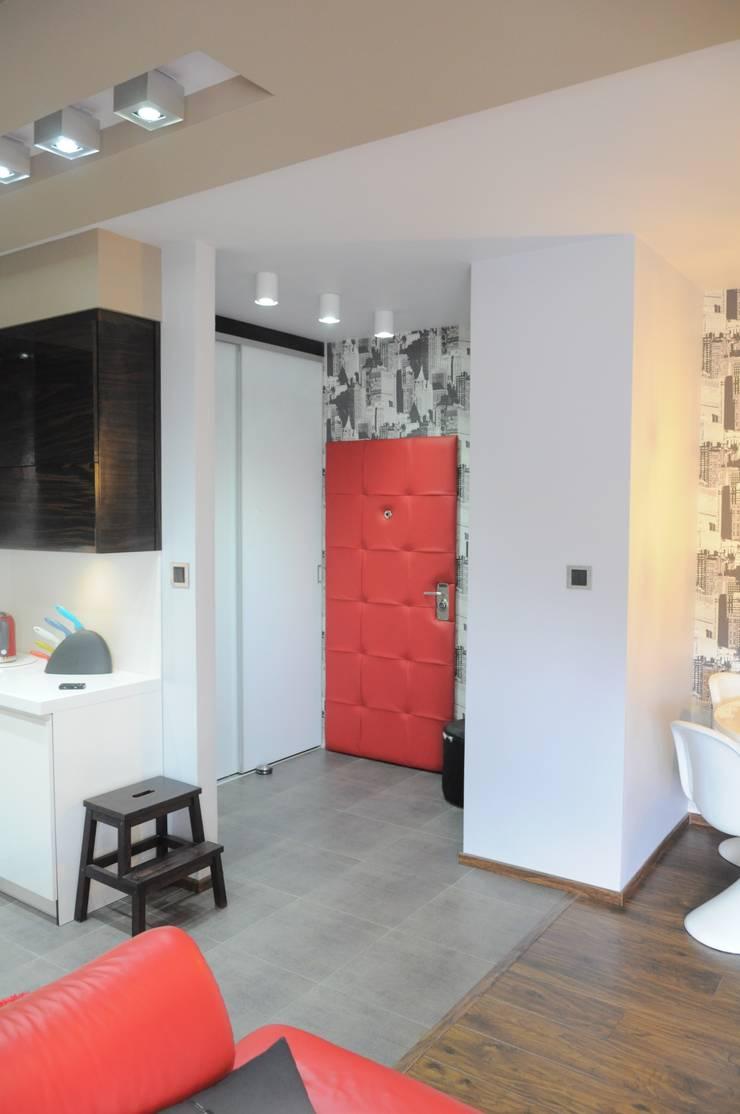 現代風玄關、走廊與階梯 根據 Perfect Home 現代風
