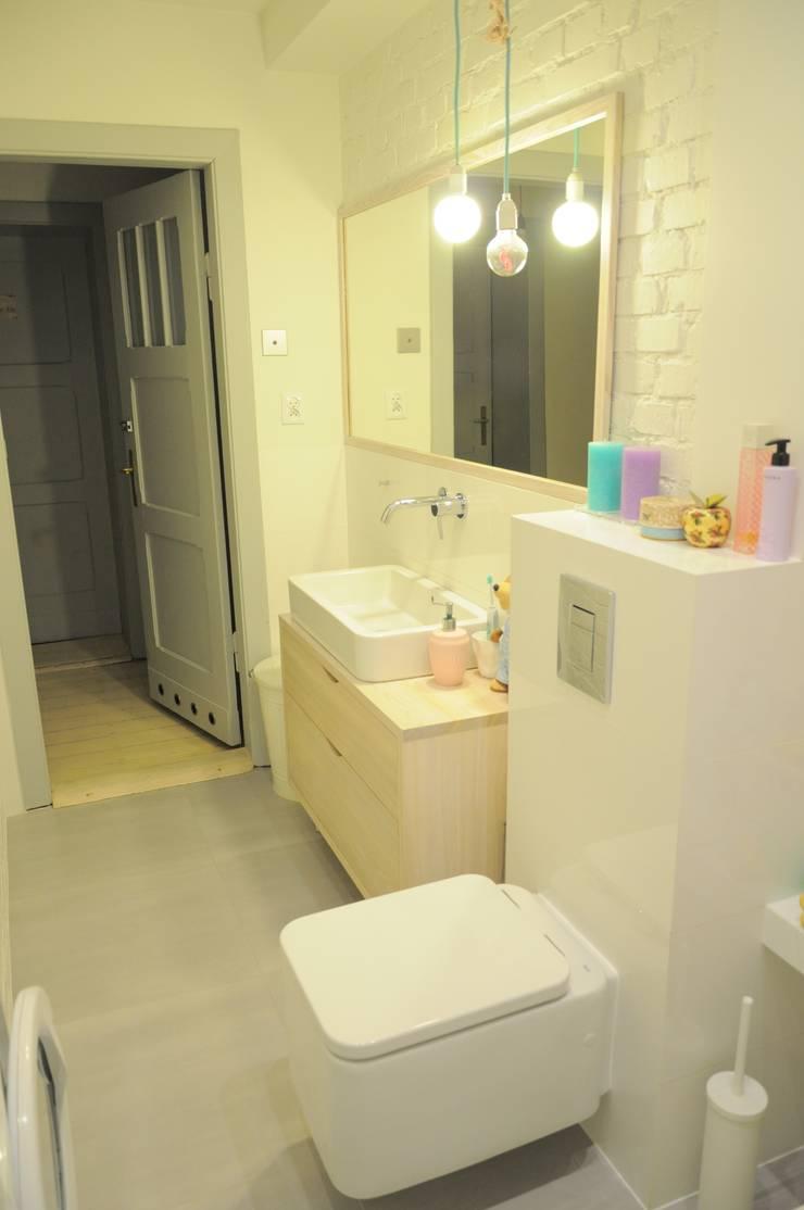 Pastelowa łazienka z przesłaniem… Always look on the… kto odgadnie?:): styl , w kategorii Łazienka zaprojektowany przez Perfect Home