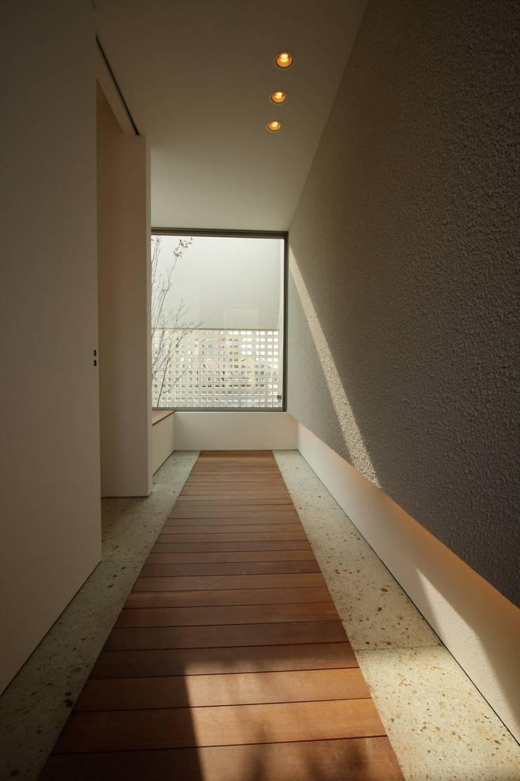 T邸ー光る箱の家: C-design吉内建築アトリエが手掛けた窓です。