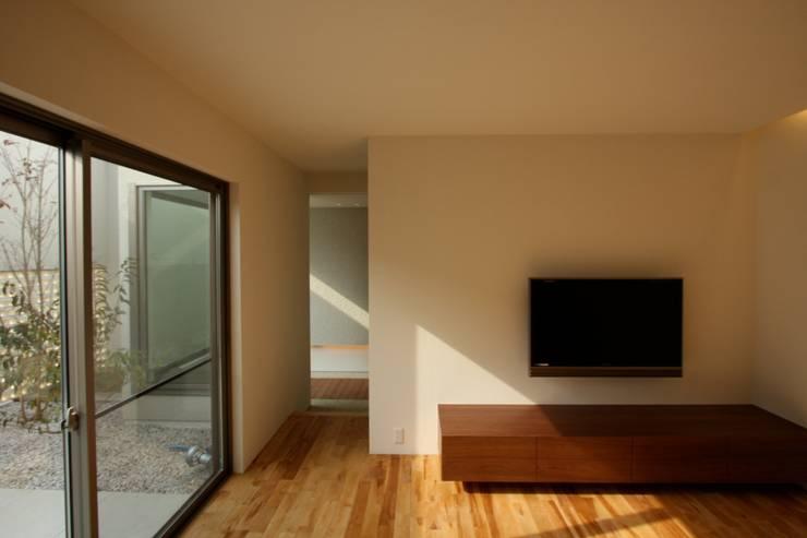 T邸ー光る箱の家: C-design吉内建築アトリエが手掛けたリビングです。