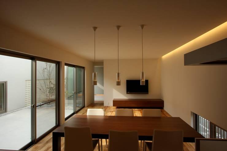 T邸ー光る箱の家: C-design吉内建築アトリエが手掛けたダイニングです。