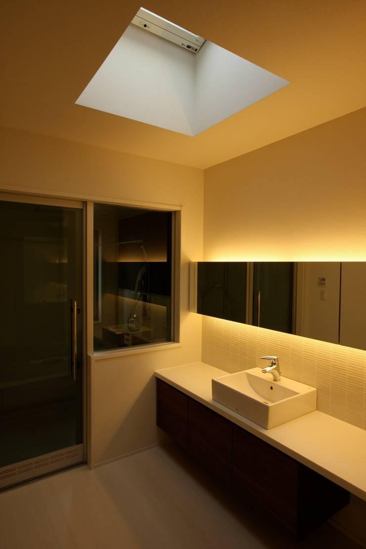 T邸ー光る箱の家: C-design吉内建築アトリエが手掛けた浴室です。