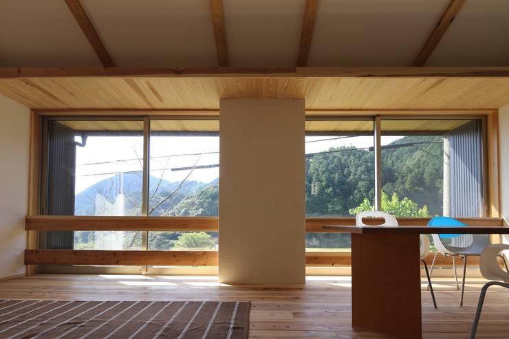 M邸ー大きな窓の家: C-design吉内建築アトリエが手掛けたリビングです。