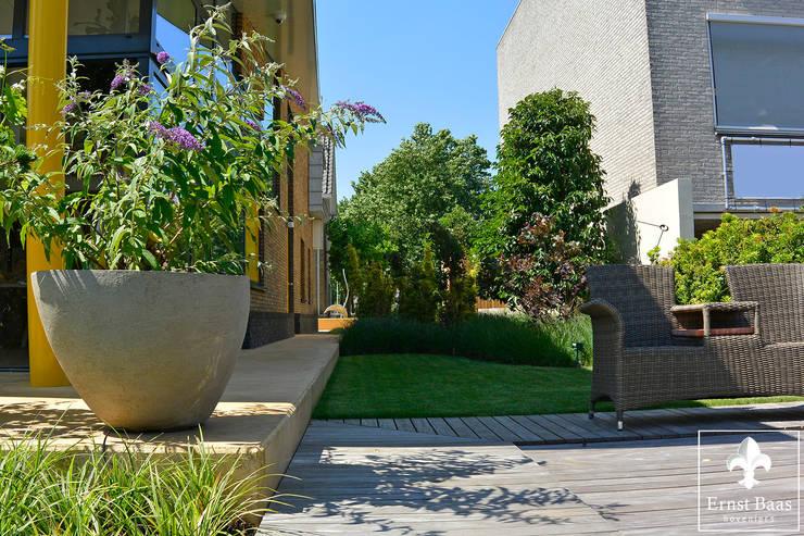 Moderne tuin in aan de oude Rijn:  Tuin door  Ernst Baas Hoveniers B.V. / Ernst Baas Tuininrichting B.V.