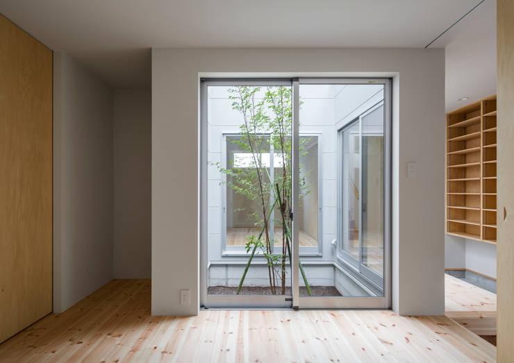 三浦の家: 萩原健治建築研究所が手掛けた寝室です。