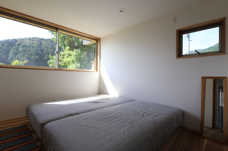 M邸ー大きな窓の家: C-design吉内建築アトリエが手掛けた寝室です。