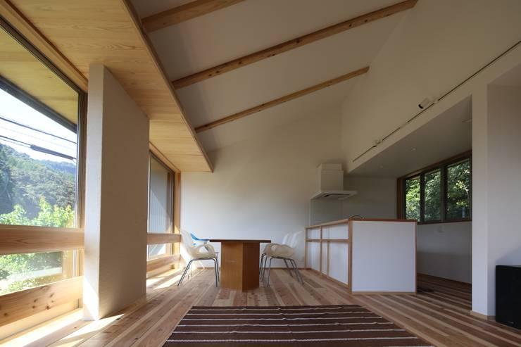 M邸ー大きな窓の家: C-design吉内建築アトリエが手掛けたダイニングです。