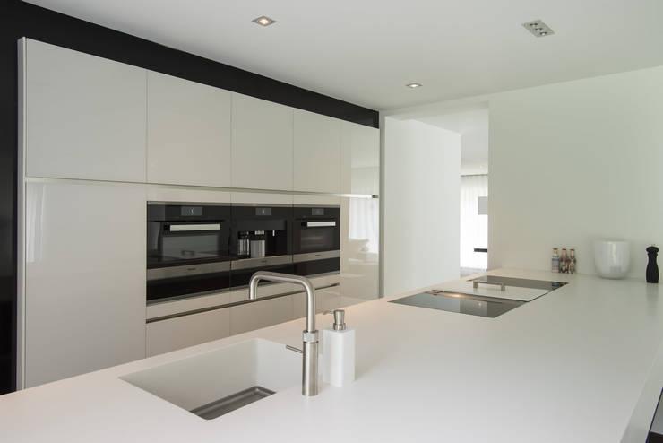 Eigentijds wonen in een rietgedekte villa:  Keuken door Lab32 architecten