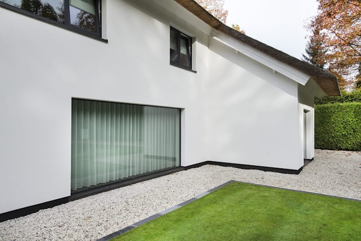 Eigentijds wonen in een rietgedekte villa:  Huizen door Lab32 architecten, Modern