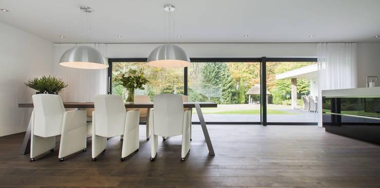 Eigentijds wonen in een rietgedekte villa:  Eetkamer door Lab32 architecten, Modern