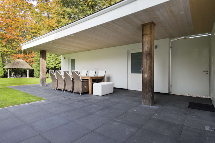 Eigentijds wonen in een rietgedekte villa:  Terras door Lab32 architecten, Modern