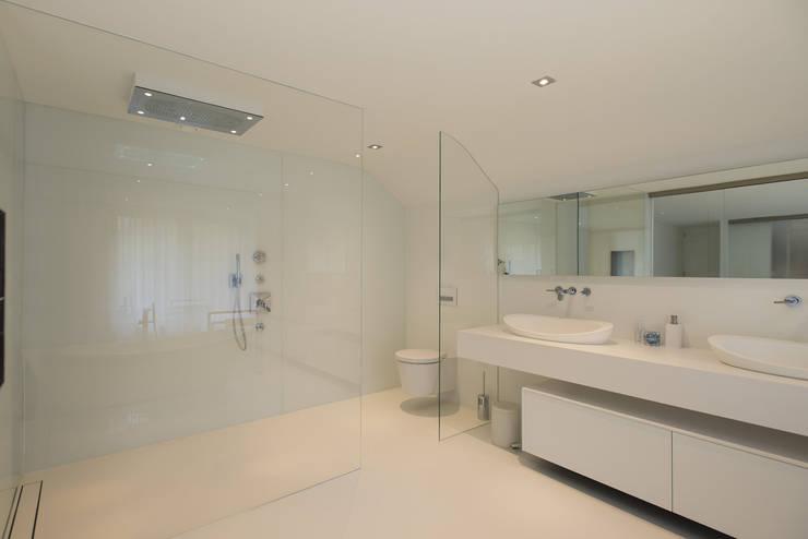 Eigentijds wonen in een rietgedekte villa:  Badkamer door Lab32 architecten