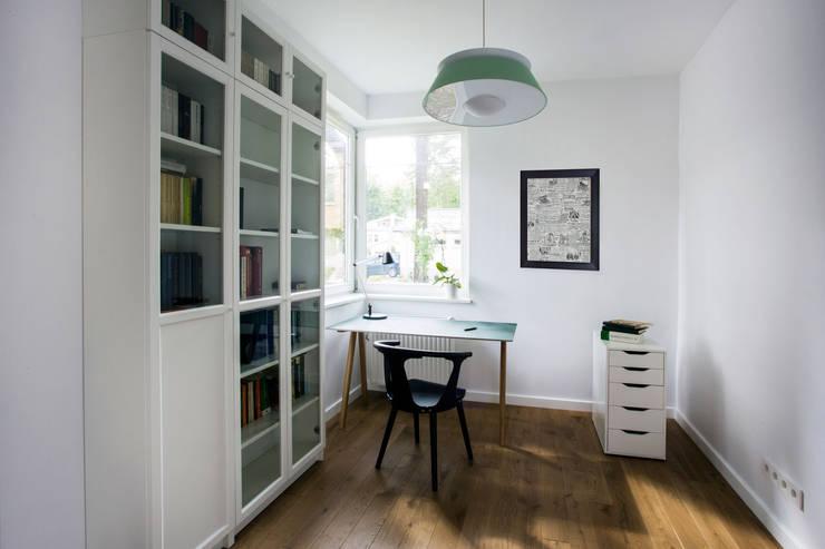 DOM W MAGADALENCE: styl , w kategorii Domowe biuro i gabinet zaprojektowany przez INSPACE