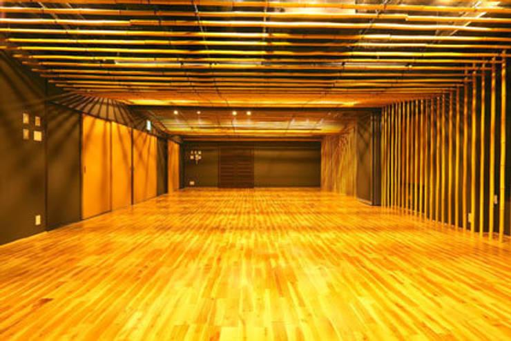 2階の竹の間: 一級建築士事務所たかせaoが手掛けた自動車ディーラーです。