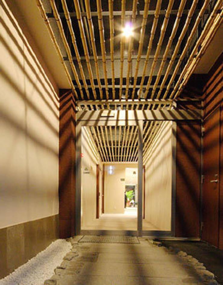 1階、駐車場側出入口: 一級建築士事務所たかせaoが手掛けたインテリアランドスケープです。