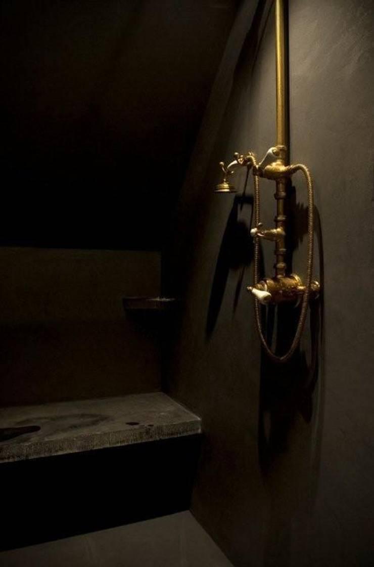 Tadelakt douche met messingen kraanwerk:  Badkamer door Taps&Baths