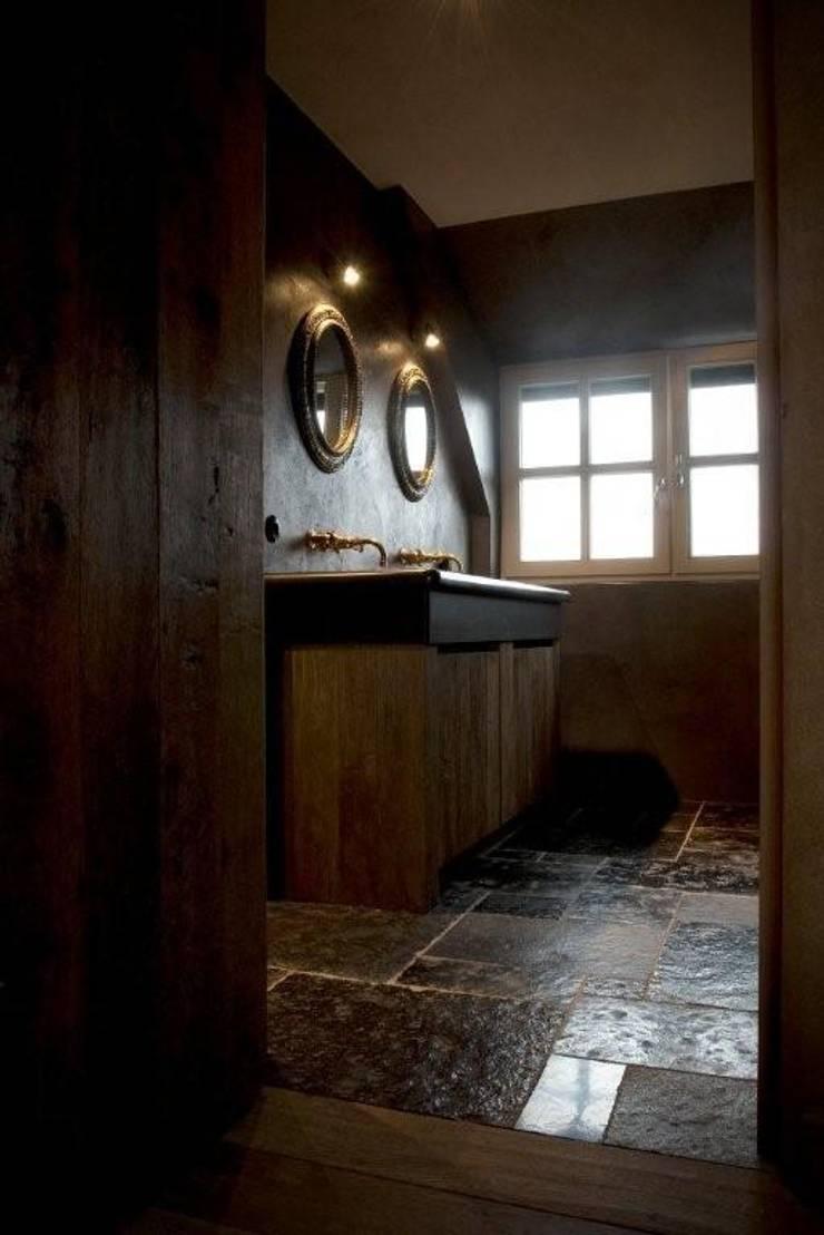 Rustieke badkamer met messingen muurkranen:  Badkamer door Taps&Baths