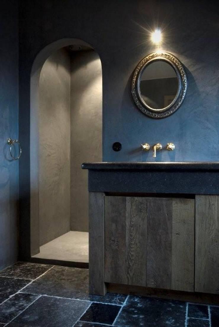 Tijdloos badkamermeubel met Kenny&Mason muurkranen:  Badkamer door Taps&Baths