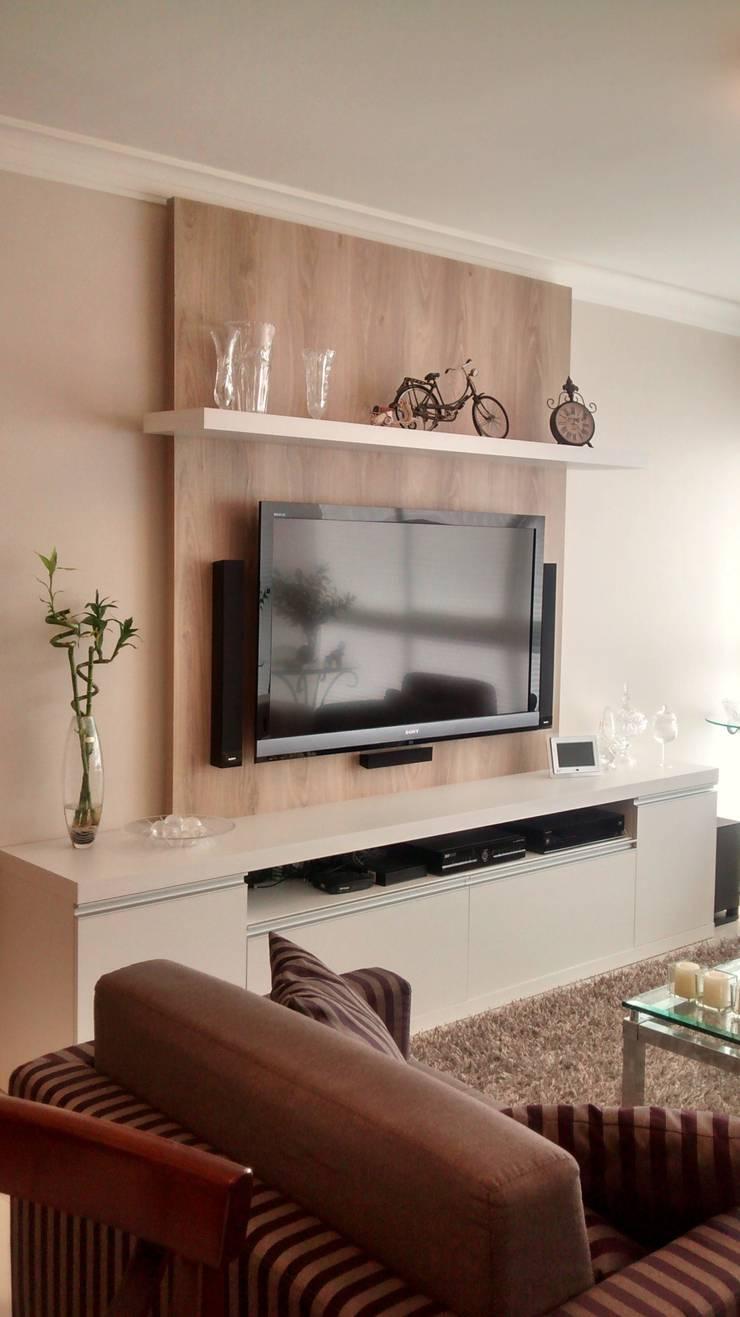 Apartamento : Salas de estar  por Daniela Coutinho Arquitetura e Interiores