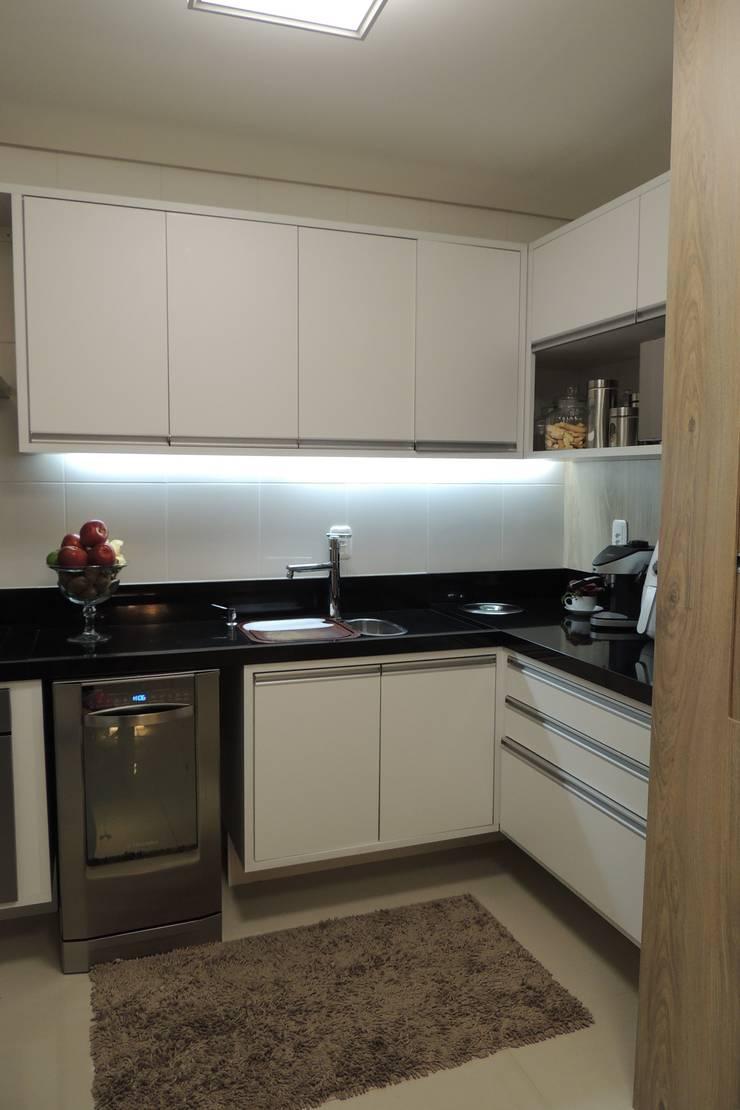 Apartamento : Cozinhas  por Daniela Coutinho Arquitetura e Interiores