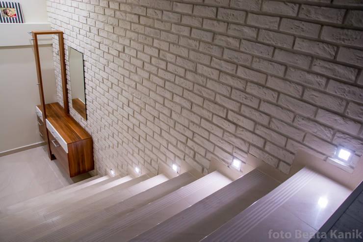 Kawalerka Kęty: styl , w kategorii Korytarz, przedpokój zaprojektowany przez Studio Mirago,