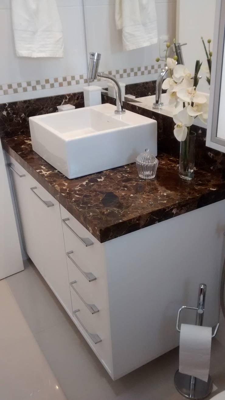 Apartamento : Banheiros  por Daniela Coutinho Arquitetura e Interiores