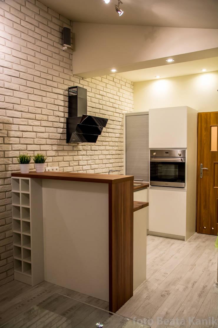 Kawalerka Kęty: styl , w kategorii Kuchnia zaprojektowany przez Studio Mirago,
