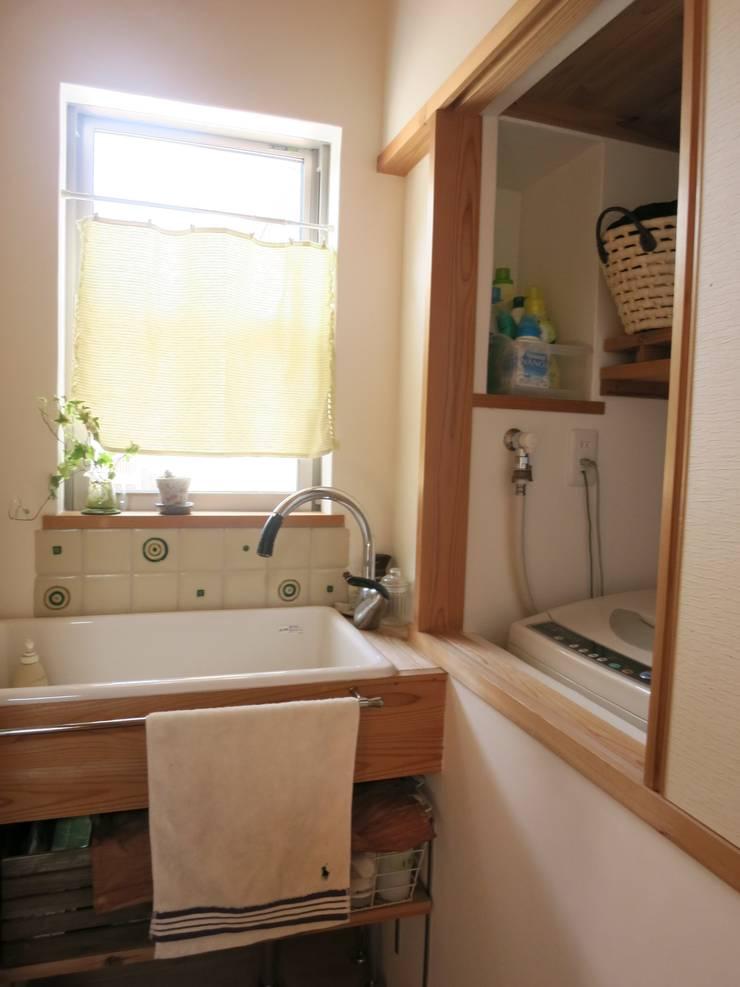 洗面: 小久保美香建築設計事務所が手掛けた浴室です。