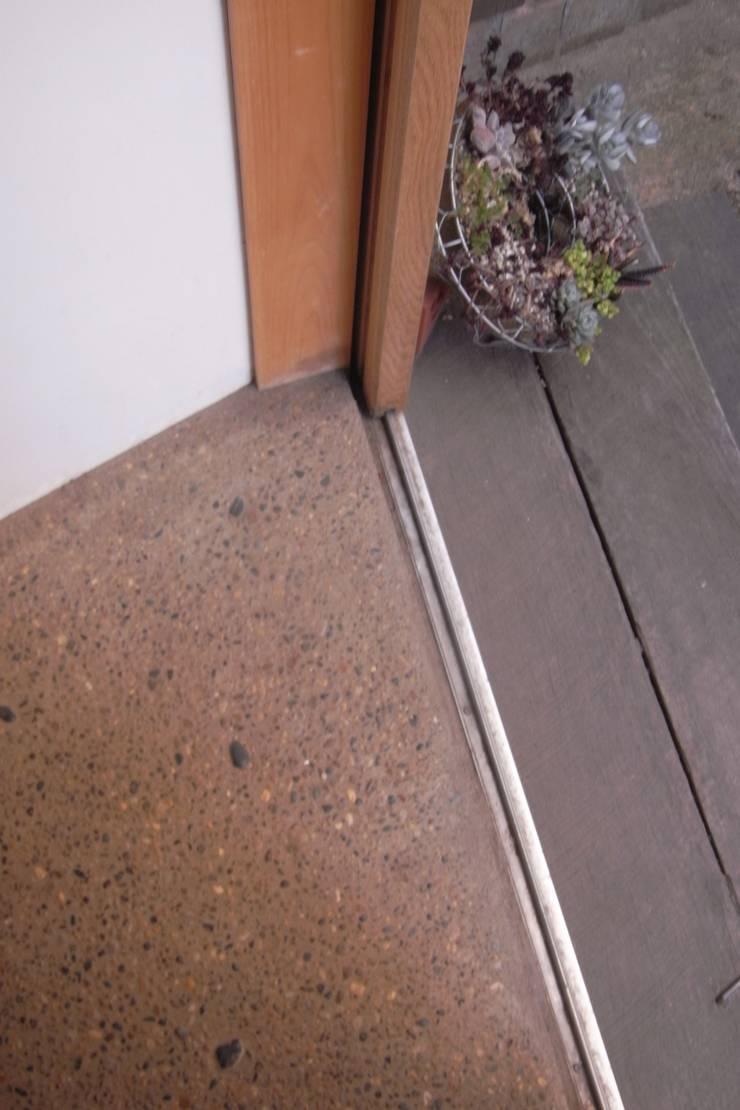 玄関: 小久保美香建築設計事務所が手掛けた壁です。