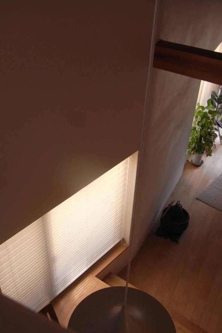 居間: 小久保美香建築設計事務所が手掛けたダイニングです。