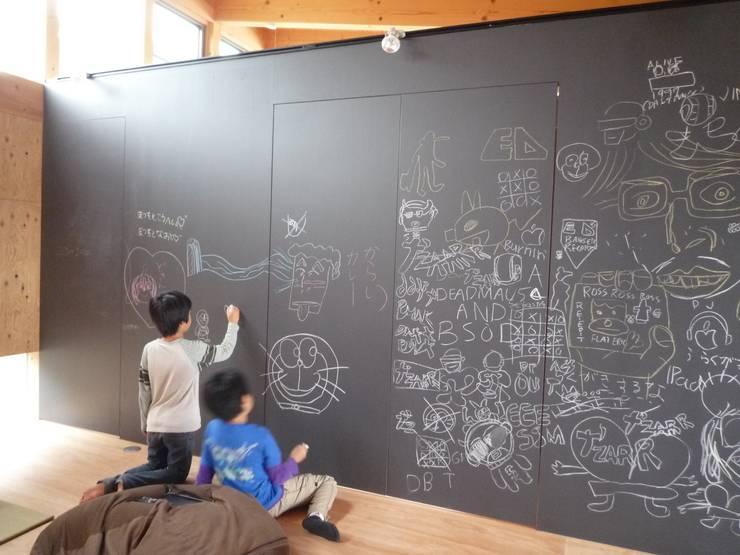 黒板の壁|mat house: KAZ建築研究室が手掛けたリビングです。