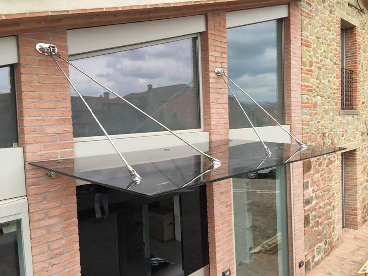 Tettoia in vetro e acciaio: Terrazza in stile  di VIVERE IL FUORI