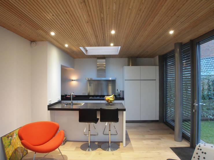 Zicht op de keuken vanuit de tuinkamer: moderne Serre door Roorda Architectural Studio