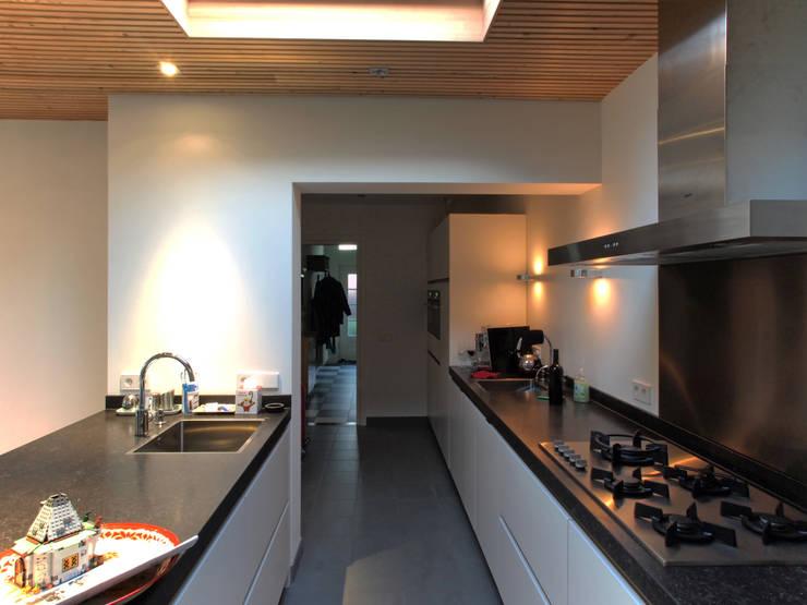 Keuken tussen bestaand en nieuw: moderne Serre door Roorda Architectural Studio