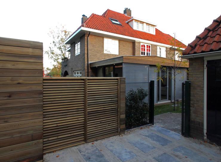 Zicht vanaf toegang achtertuin:  Serre door Roorda Architectural Studio
