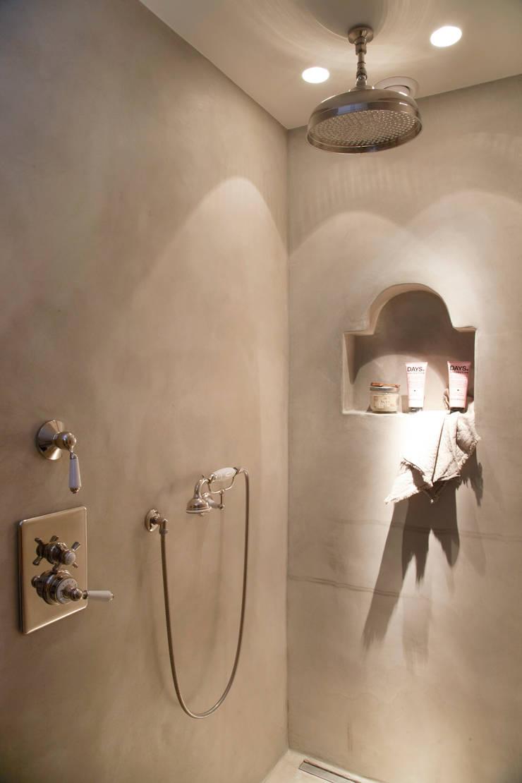 Landelijke inbouw douche:  Badkamer door Taps&Baths